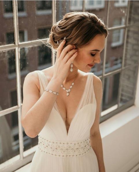 Novia luciendo cinturan en su vestido de novia