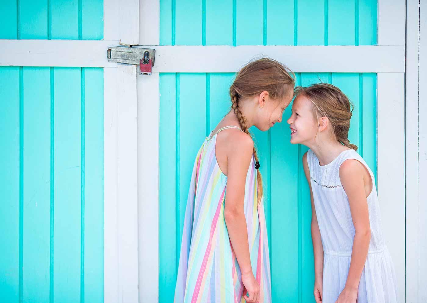 Niños extrovertidos y traviesos