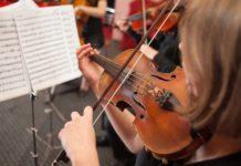 Aprendiendo a tocar un instrumento de niño