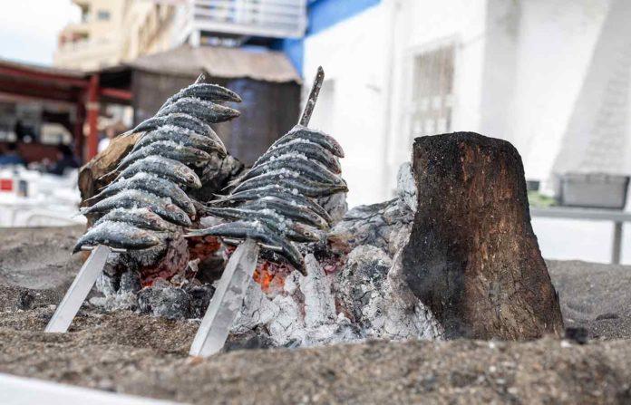 Tradicionales sardinas espetadas de Málaga