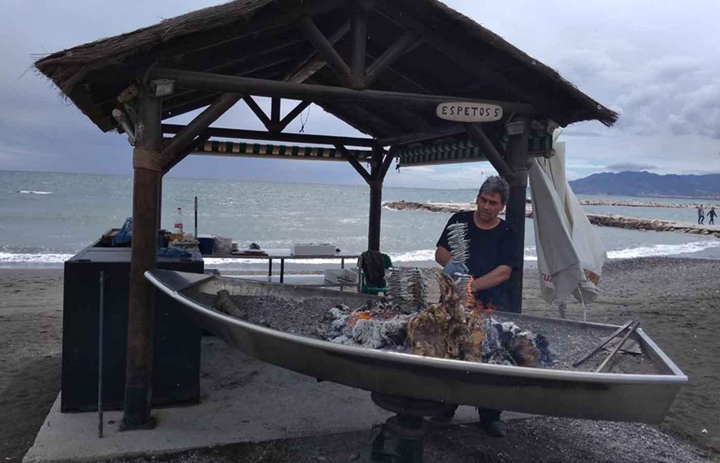 Malagueño asando sardinas espetadas en la playa