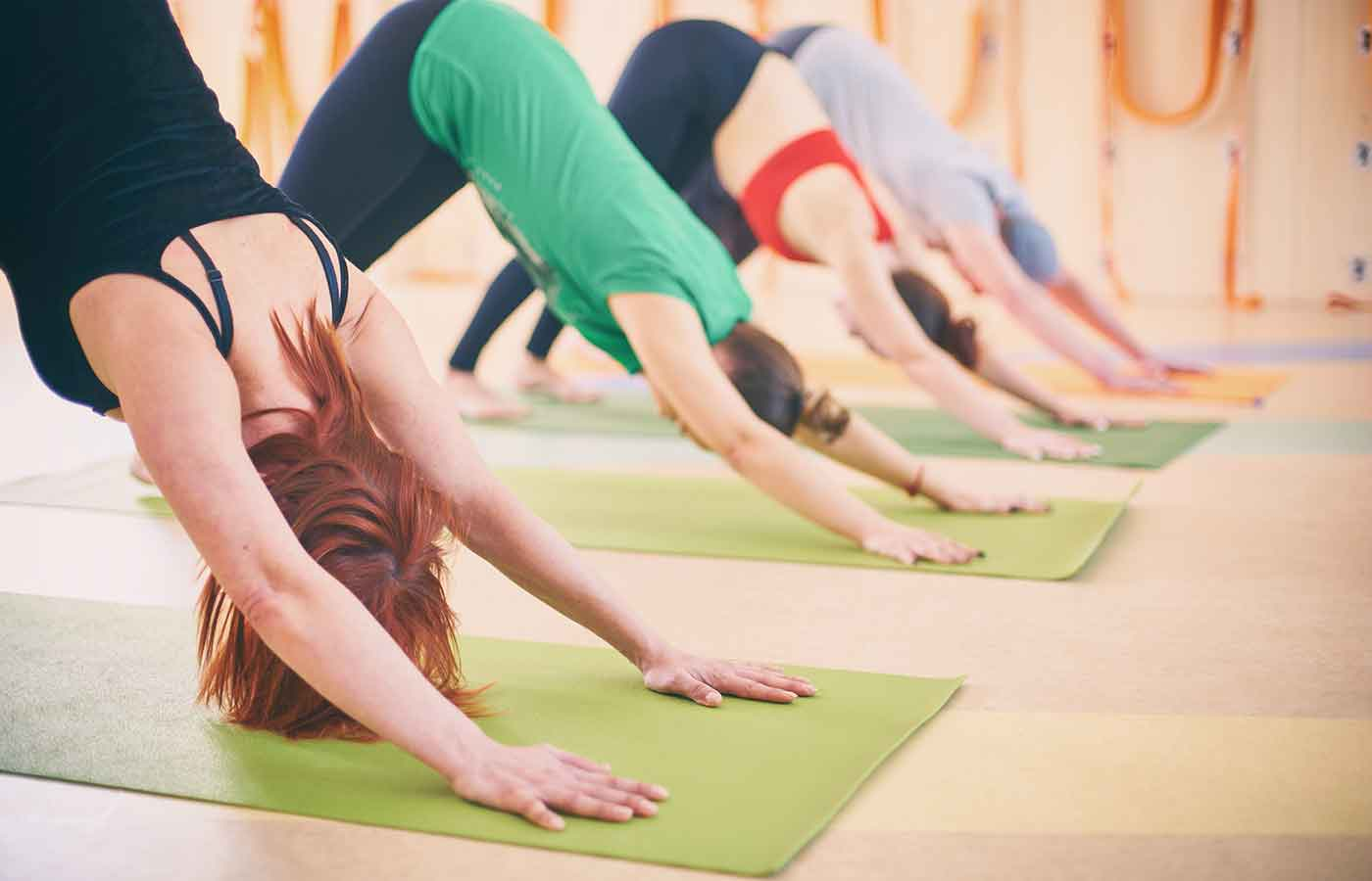Grupo de personas practicando Iyengar yoga