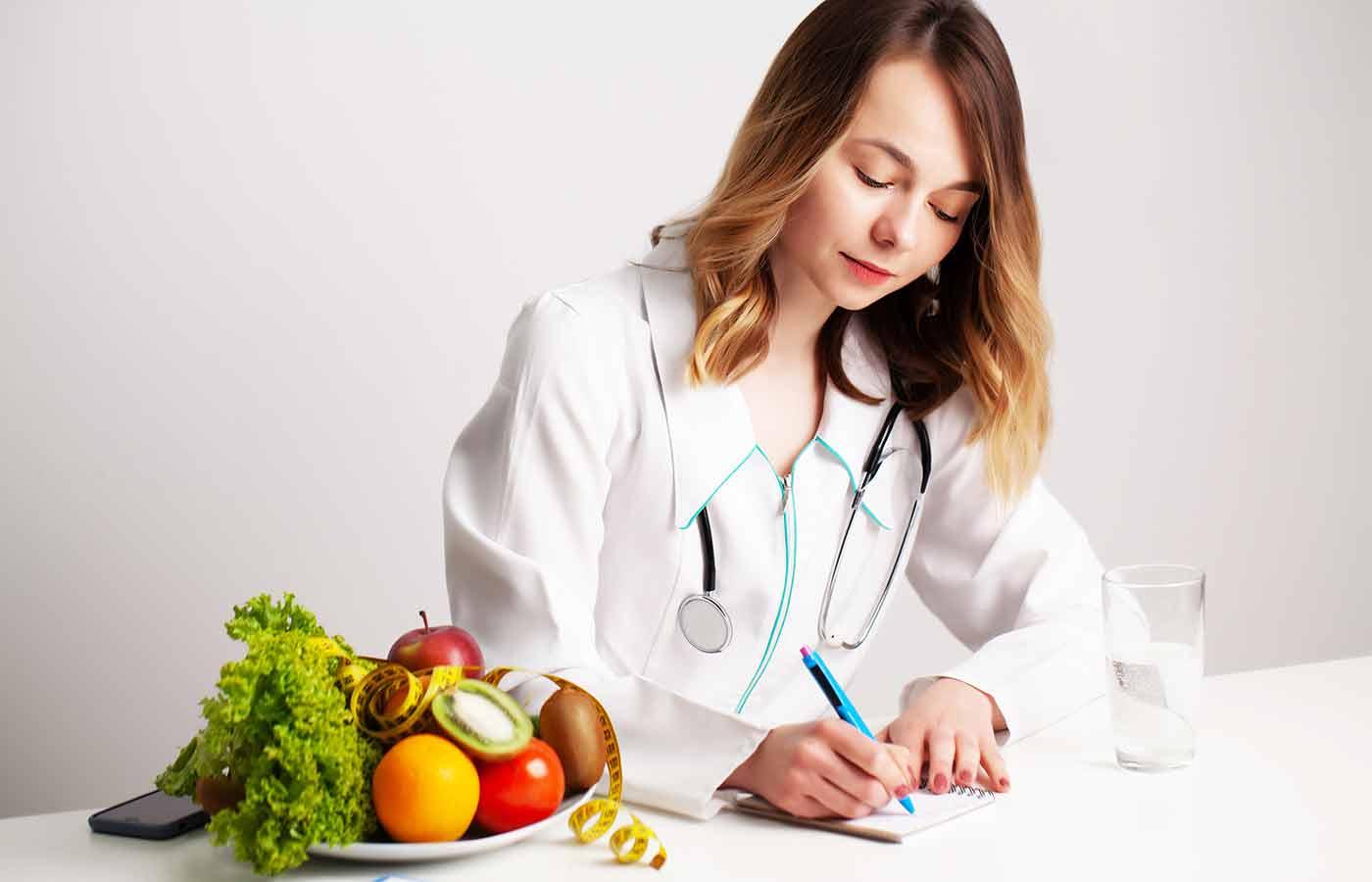 Nutricionista apostando por una dieta paleo o dieta paleolítica