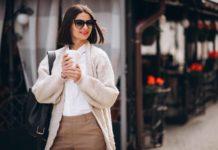 Mujer urbanita luciendo un look minimalista