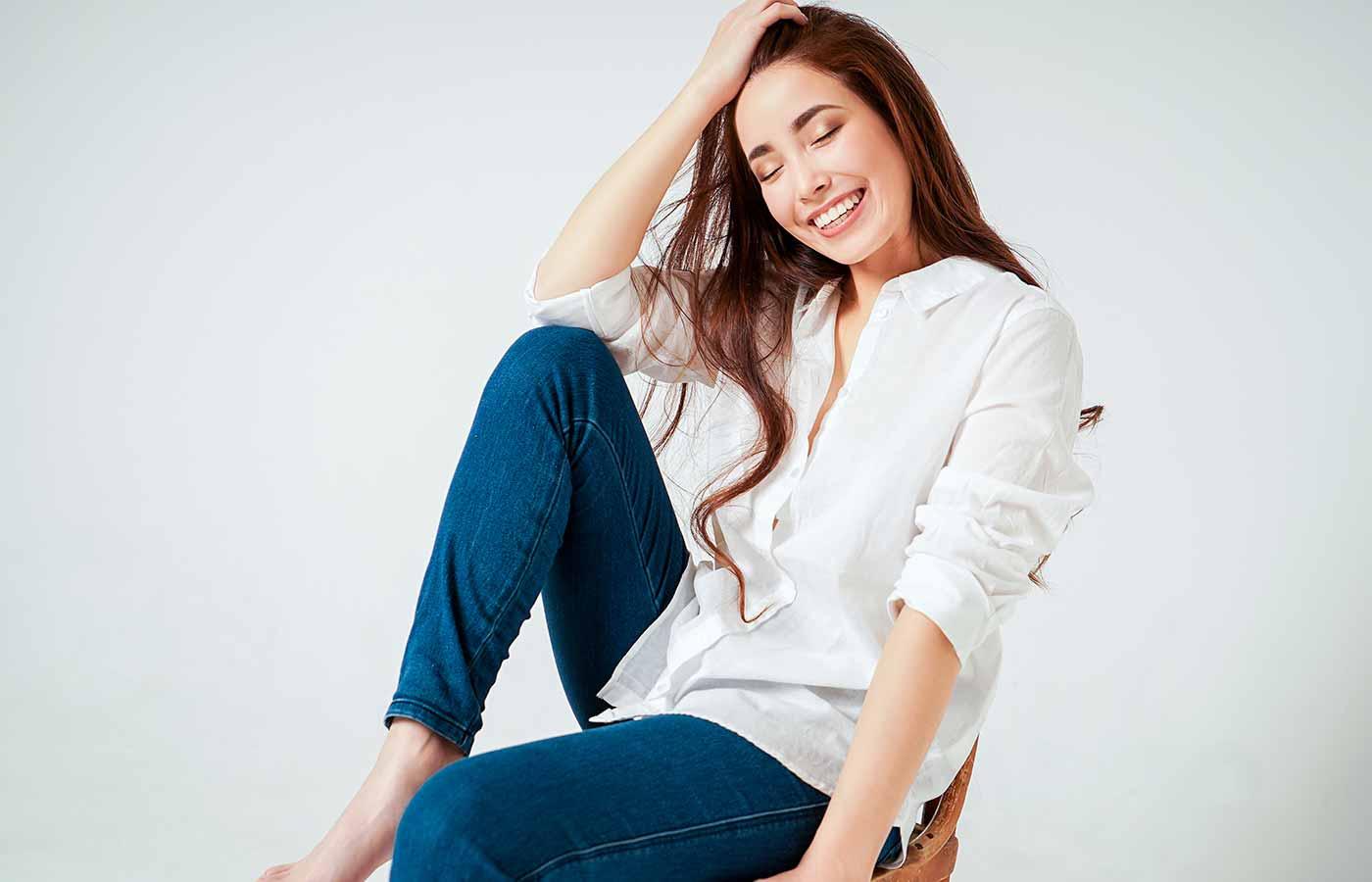 Una camisa blanca es base en un look minimalista