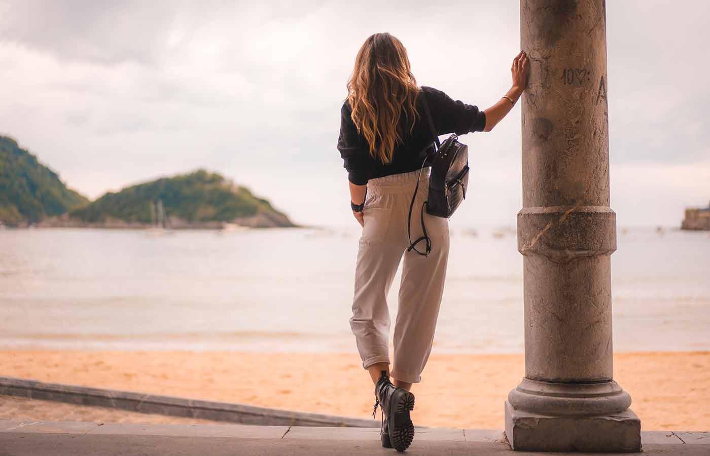 Mujer luciendo un look minimalista con caheta de cuero