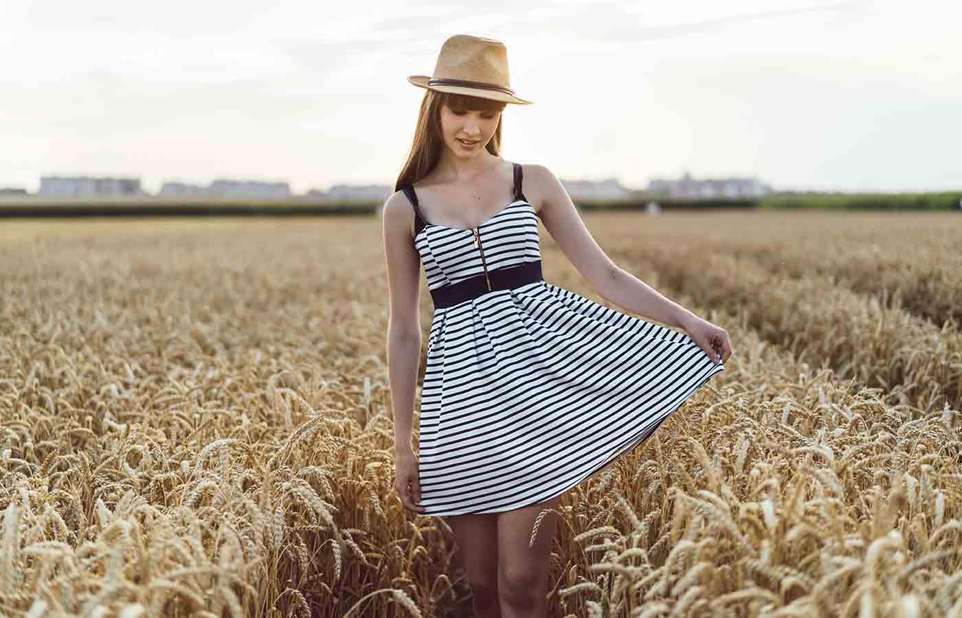 Vestido de verano luciendo un look minimalista