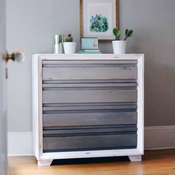 Pintar los muebles de madera con pintura para crear nuevo ambiente decorativo
