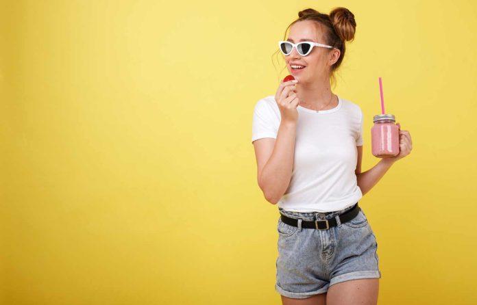 Mujer bebiendo batido para adelgazar lleno de vitaminas y nutrientes