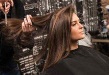 Mujer luciendo pelo con mecha estilo Face Framing