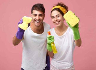 Pareja limpiando el hogar usando trucos baratos