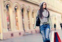 Mujer caminando de compras para navidad