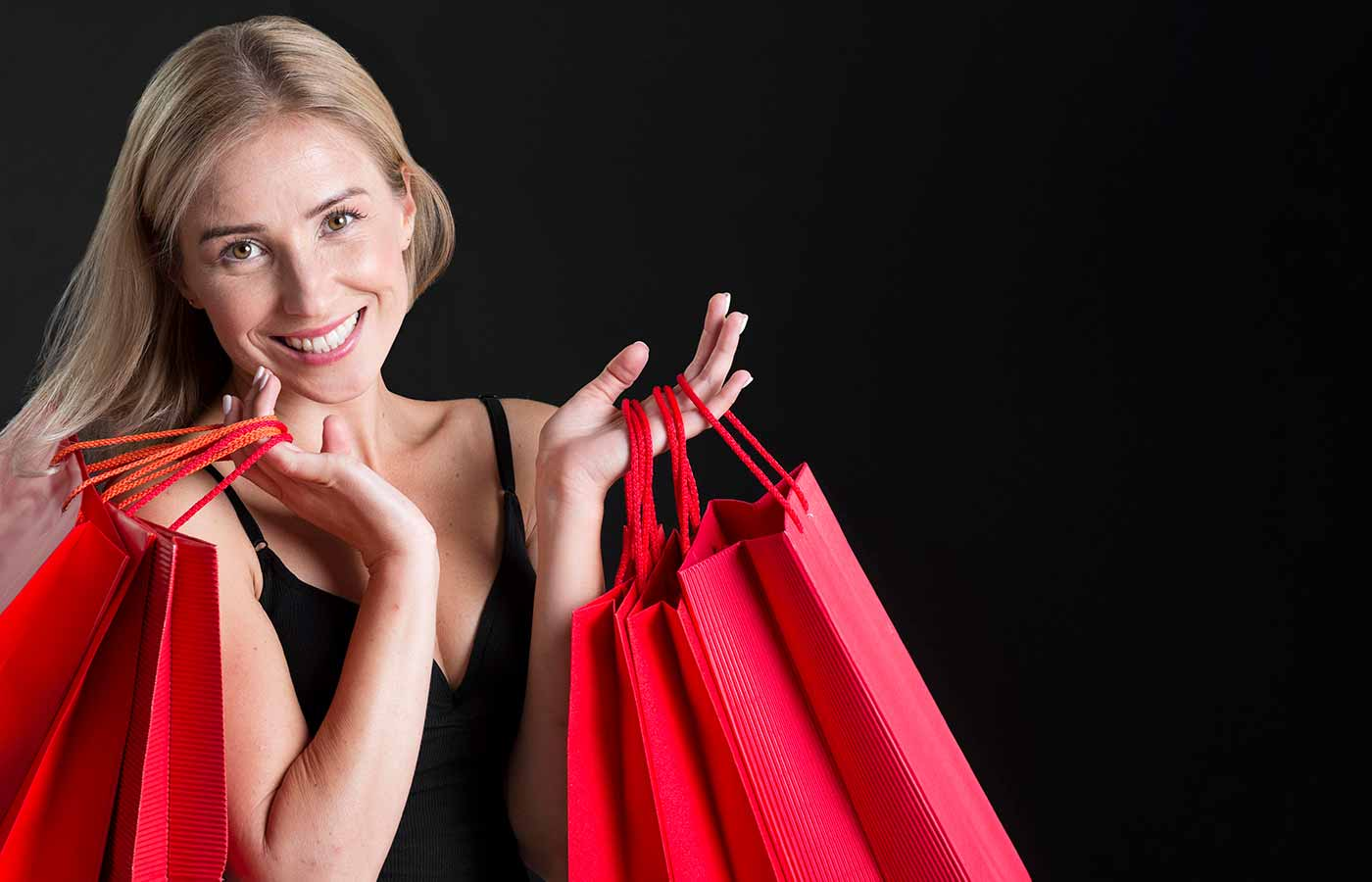 Mujer comprando siguiendo los consejos para el Black Friday