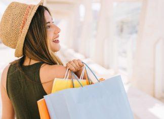Mujer comprando durante Black Friday o Viernes Negro