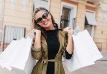 Mujer aprovechando las ofertas de Black Friday