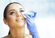 Mujer limpiando zona infectada por orzuelo
