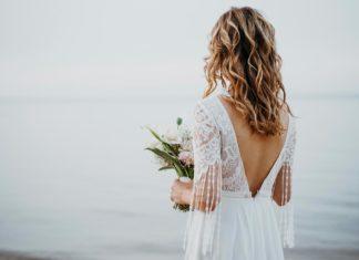 Mujer a punto de casarse cuida los detalles de la boda